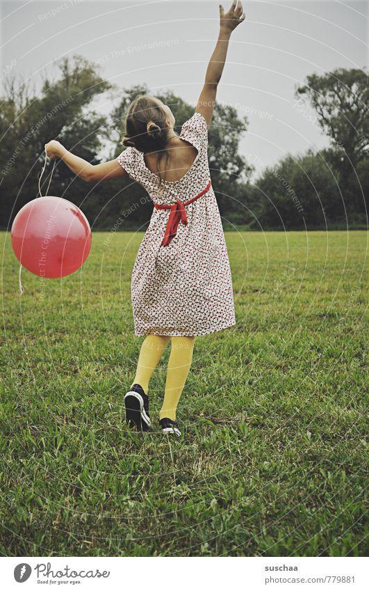 ballonhalterin II Himmel Kind Natur grün Sommer Baum Hand rot Mädchen Freude Umwelt feminin Gras Spielen Haare & Frisuren Gesundheit