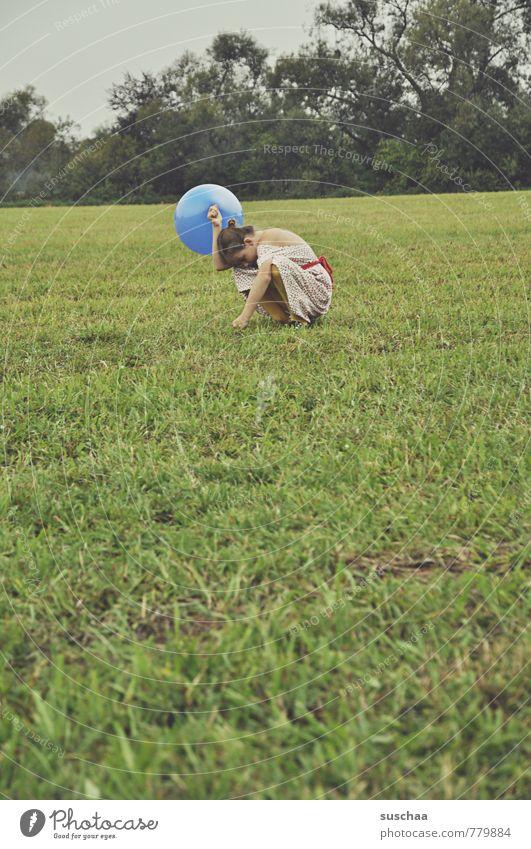 ballonhalterin III feminin Kind Mädchen Kindheit 1 Mensch 8-13 Jahre Umwelt Natur Sommer Gras Sträucher Feld Luftballon hocken grün Freiheit Freizeit & Hobby