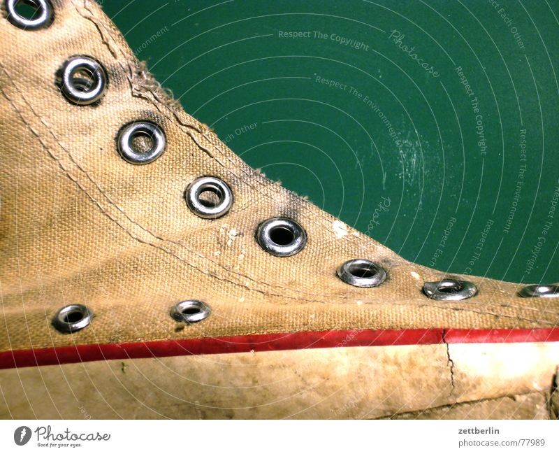 Turnschuh seitlich Turnen Loch genietet gelöchert Schuhregal Basketballschuh liegen Täuschung beweglich Verfall Müll Altkleidersack Altkleidersammlung