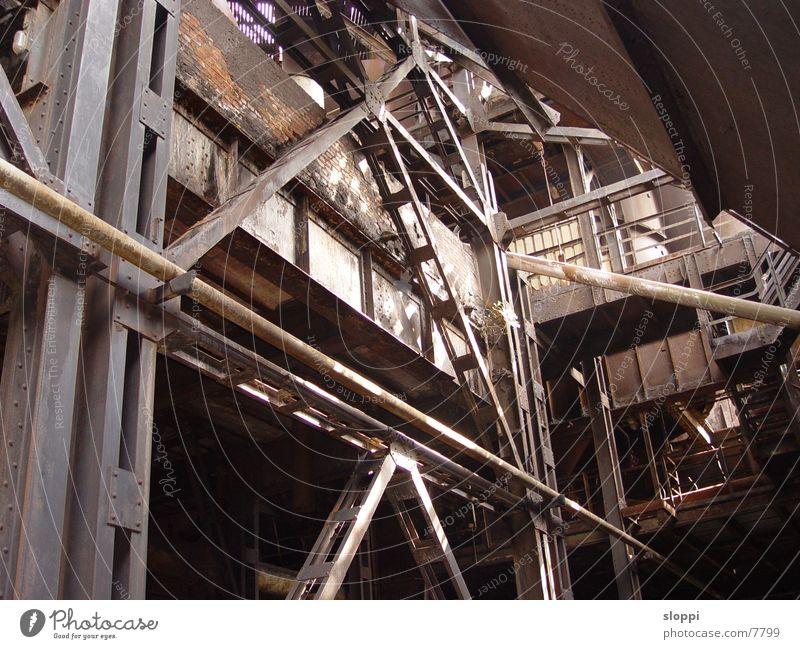 Verstrebungen Stahl Duisburg Industrie Rost Baum wächst im Metallpark Landschaftspark