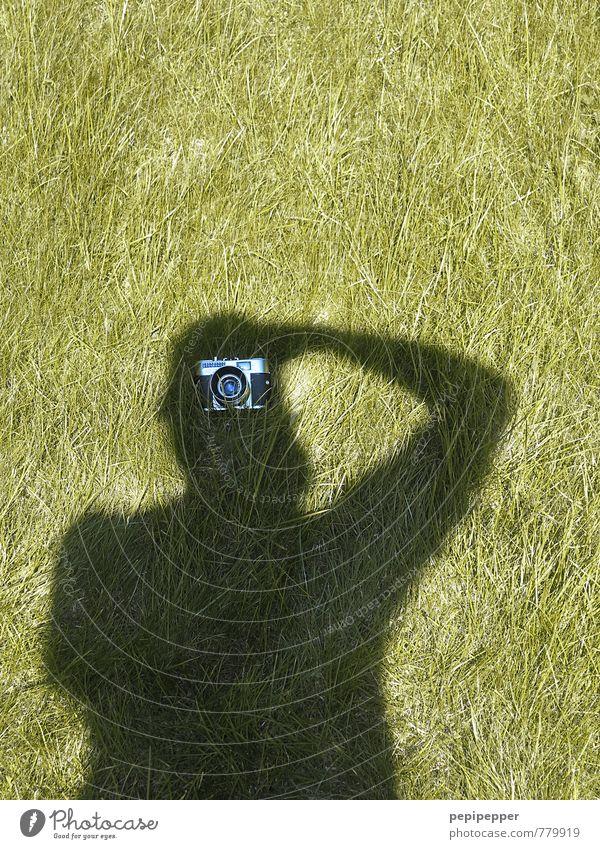 undercover_2 Mensch Mann grün Sommer schwarz Erwachsene Wiese Gras außergewöhnlich Garten Freizeit & Hobby Park maskulin Körper stehen Fotokamera