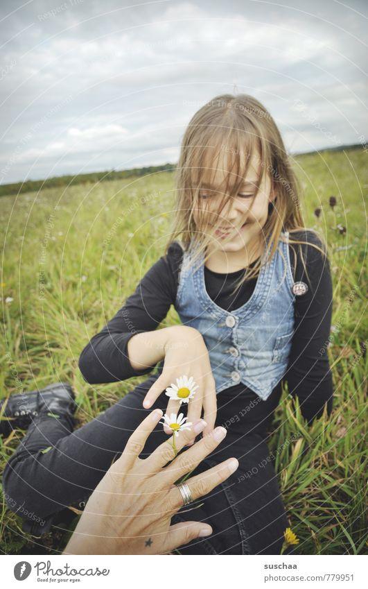 blumenkinder . Kind Mädchen Außenaufnahme Natur Erholung Spielen Freizeit & Hobby Zeitvertreib Wiese Frühling Himmel Horizont Gras Gänseblümchen Hand Finger