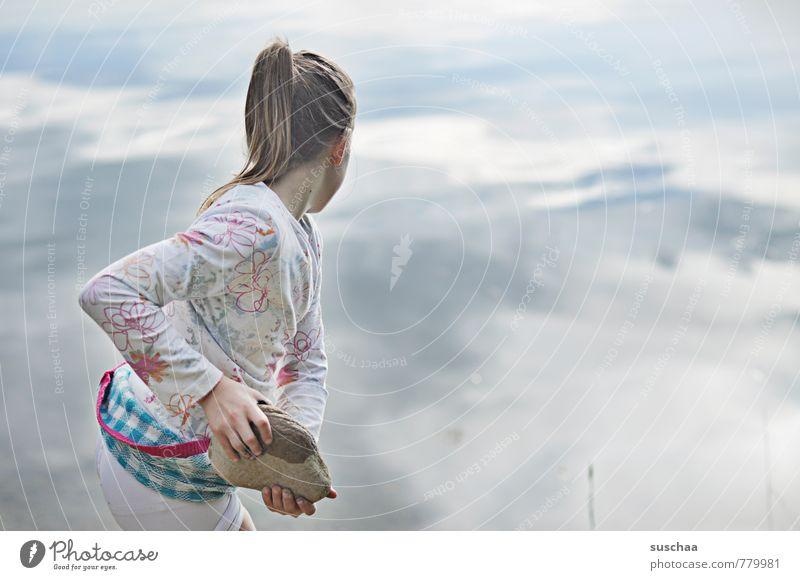 gleich macht's platsch feminin Kind Mädchen Kindheit Körper Kopf Haare & Frisuren Arme Hand Finger 1 Mensch Wasser Sommer Seeufer Teich Stein werfen frei wild