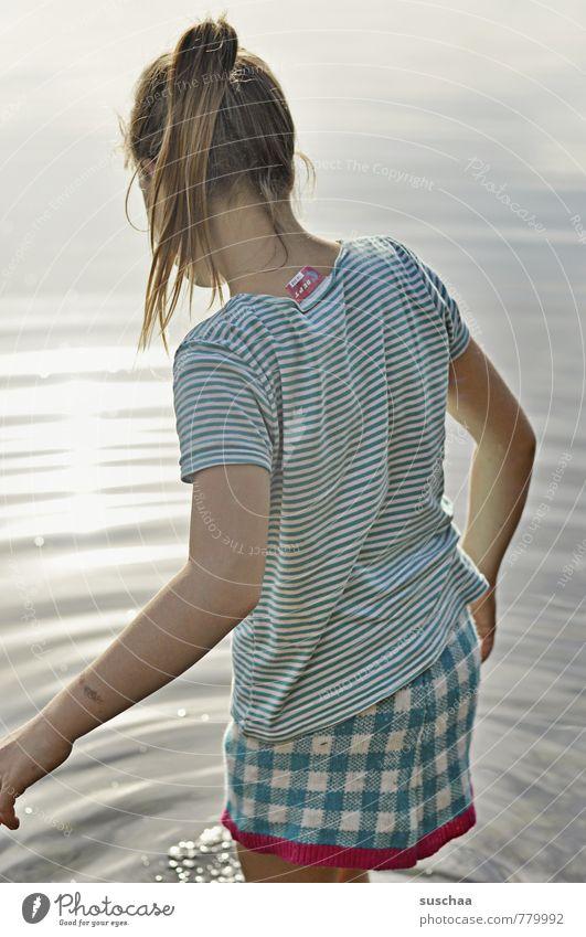 nass feminin Kind Mädchen Kindheit Körper Haut Kopf Haare & Frisuren Arme 1 Mensch 8-13 Jahre Umwelt Wasser Sommer Schönes Wetter Seeufer Neugier kalt Rock