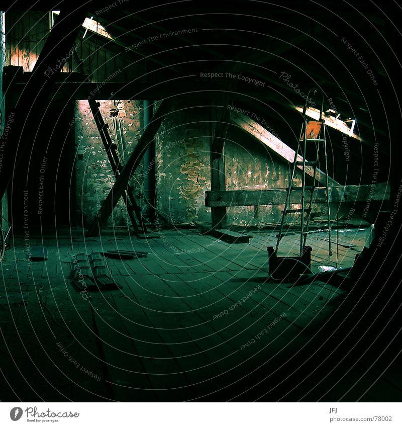 Knarrende Dielen machen Schreckhaft Dachboden kalt Licht Fenster Dachfenster Backstein Holz Balken Schrott Holzfußboden dunkel Wand Putz Verfall Dachrinne