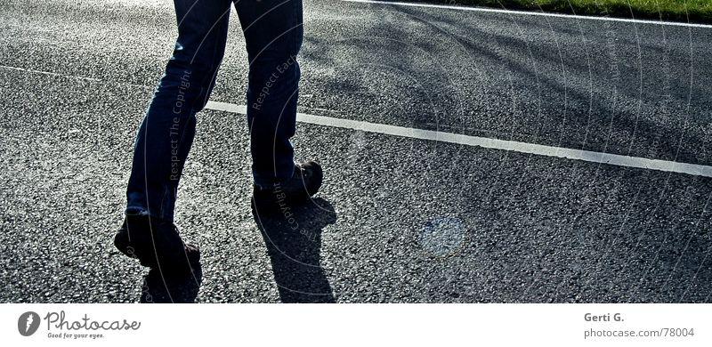 penny lane gehen Überqueren gefährlich ungefährlich Bundesstraße Landstraße Linie Fahrbahnmarkierung Beton Straßenbelag Straßenbau Verkehrserziehung
