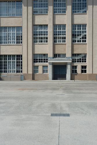 Fenstertraum Architektur Gebäude grau Tür gold Platz Kreativität Industrie Baustelle Industriefotografie Wirtschaft Büroarbeit Bauhaus Karlsruhe