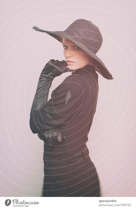 Franziska (2) Mensch feminin Junge Frau Jugendliche Erwachsene 1 18-30 Jahre Mauer Wand Mode Bekleidung Kleid Handschuhe Hut beobachten berühren ästhetisch
