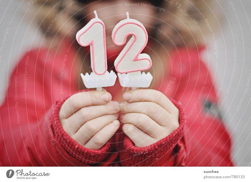in 12 .. feminin Kind Mädchen Junge Kindheit Körper Hand Finger Mensch 8-13 Jahre Ziffern & Zahlen rot Geburtstag Jubiläum Vorfreude Kerze Wachs Farbfoto