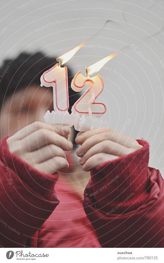 geschafft Kind Hand Finger Winter Kerze Geburtstag Kindergeburtstag Gratulation Glückwünsche Ziffern & Zahlen rot kalt heiß Flamme Feuer Wachs 8-13 Jahre 12