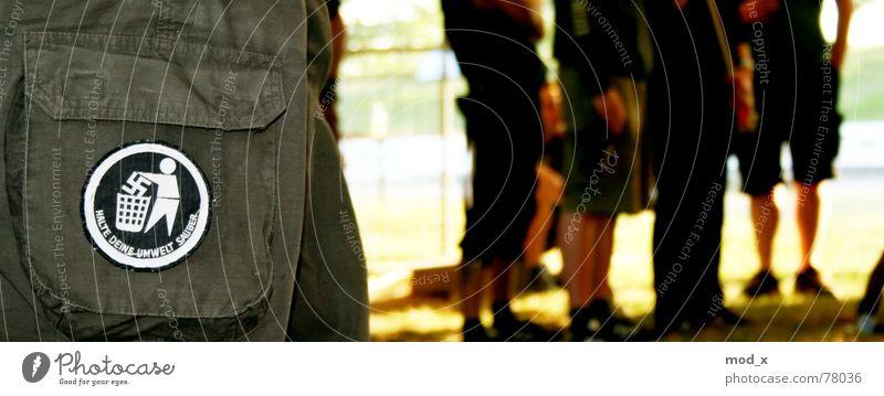 Gegen Nazis! Mensch Einsamkeit Gefühle Menschengruppe Politik & Staat Beine Sport Politische Bewegungen Aktion Hose Verbindung Reaktionen u. Effekte Zaun Gesellschaft (Soziologie) links rechts