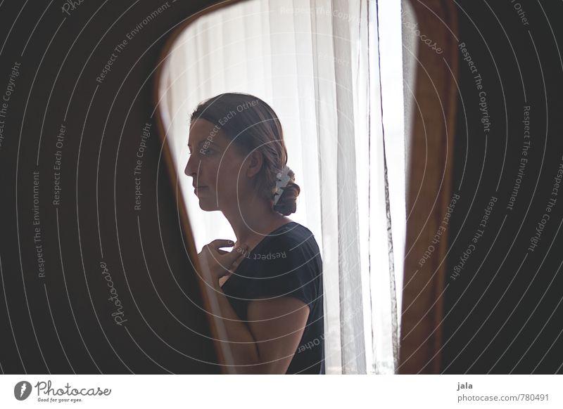 spiegel Häusliches Leben Wohnung Spiegel Fenster Vorhang Mensch feminin Frau Erwachsene 1 30-45 Jahre T-Shirt brünett langhaarig Pony beobachten Blick stehen