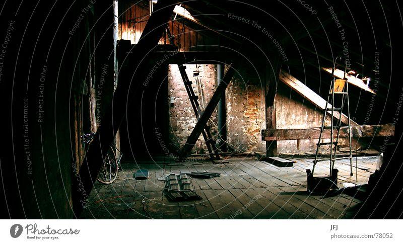 Auf Anfrage mehr Dachboden kalt Licht Fenster Dachfenster Backstein Holz Balken Schrott Holzfußboden Dachziegel Wand Putz Verfall Dachrinne Schimmelpilze dunkel