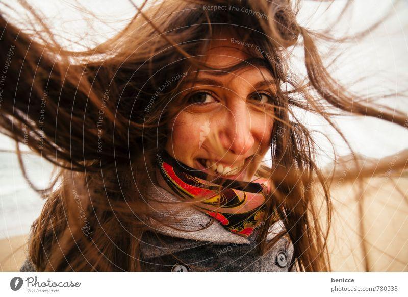 windy Frau Mensch Haare & Frisuren Wind verweht Schal Lächeln Blick in die Kamera Strand Winter Herbst grinsen Nahaufnahme Porträt Fröhlichkeit Winterurlaub