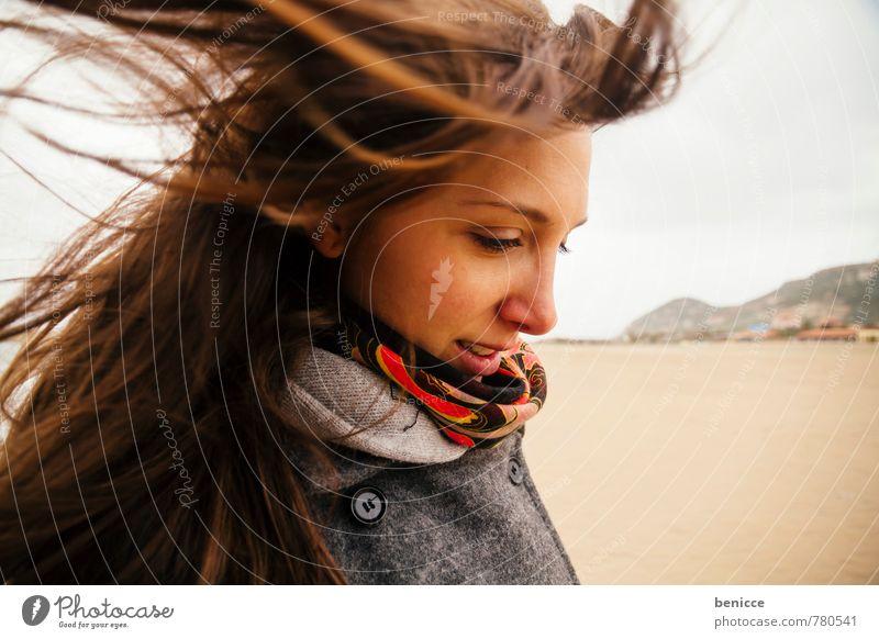 windy II Frau Mensch Haare & Frisuren Wind verweht Schal Lächeln Blick in die Kamera Strand Winter Herbst grinsen Nahaufnahme Porträt Fröhlichkeit Winterurlaub
