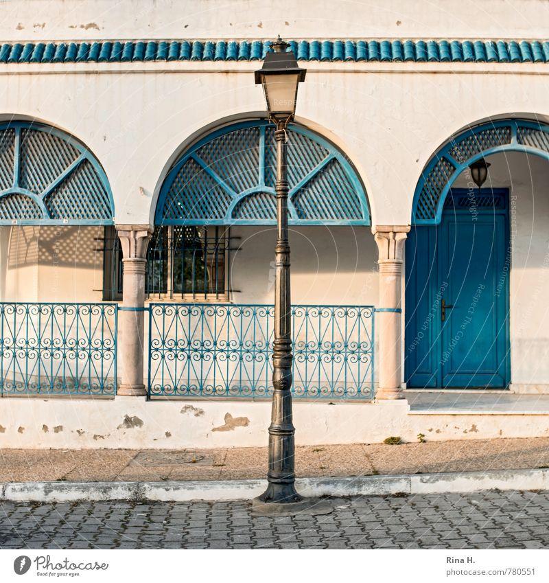 Mittige Laterne blau weiß Haus Fenster Wand Straße Mauer Tür verfallen Bürgersteig Quadrat Pflastersteine Veranda Tunesien Schmiedeeisen Sidi Bou Said