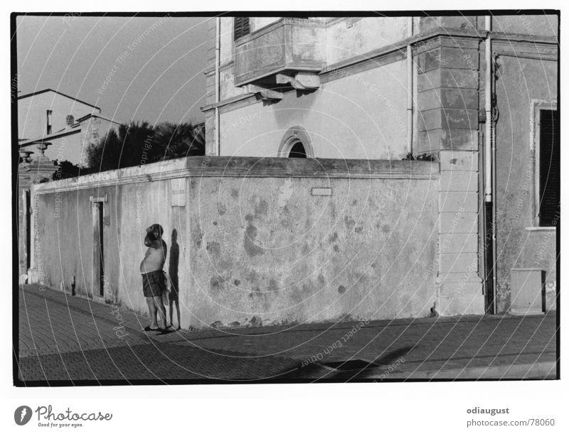 Ausschau Mann Sommer Italien Hose Bauch Toskana Kleinstadt