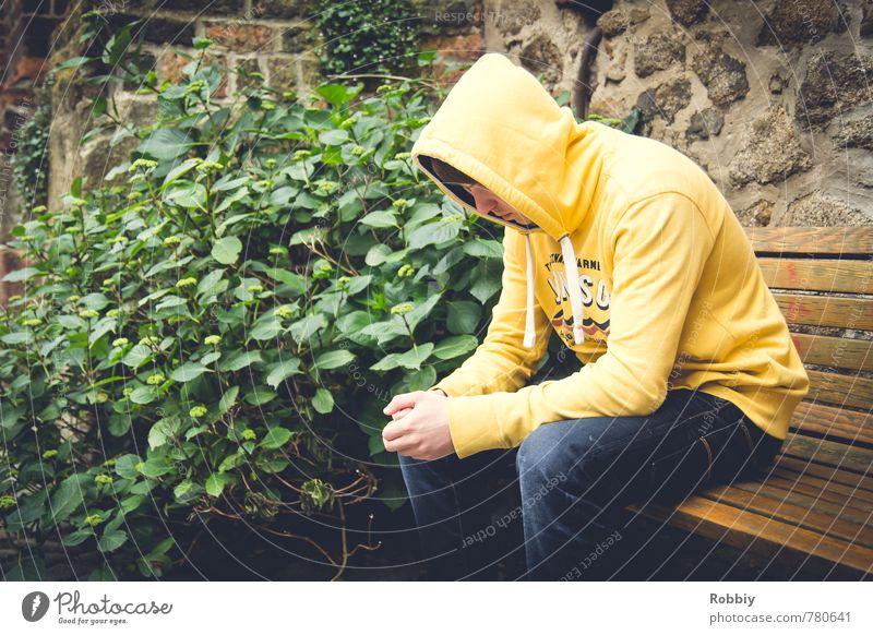peu visible Mensch maskulin Junger Mann Jugendliche 1 13-18 Jahre Kind 18-30 Jahre Erwachsene Pullover Kapuzenpullover Bank Denken sitzen Stadt gelb grün