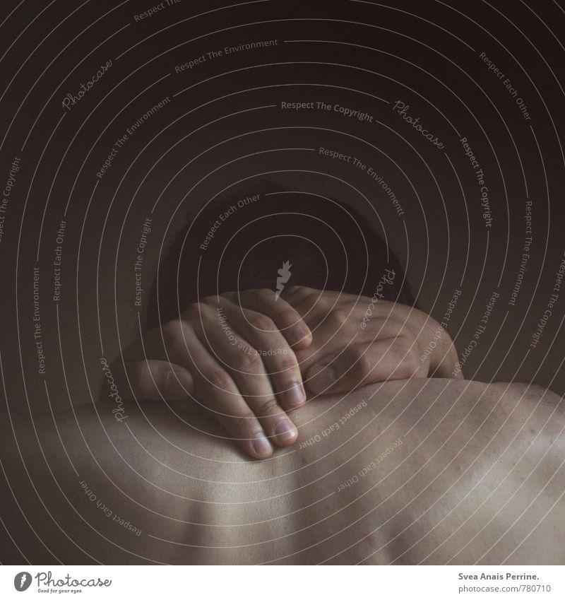 . Haut maskulin Mann Erwachsene Haare & Frisuren Rücken Hand Finger 1 Mensch 18-30 Jahre Jugendliche schwarzhaarig brünett festhalten träumen Traurigkeit