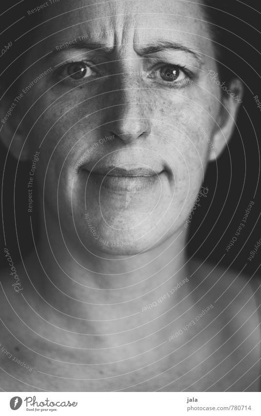 montag. hm? Mensch Frau Gesicht Erwachsene Gefühle feminin authentisch ästhetisch Irritation Überraschung Sorge Frustration Ärger verstört Misstrauen