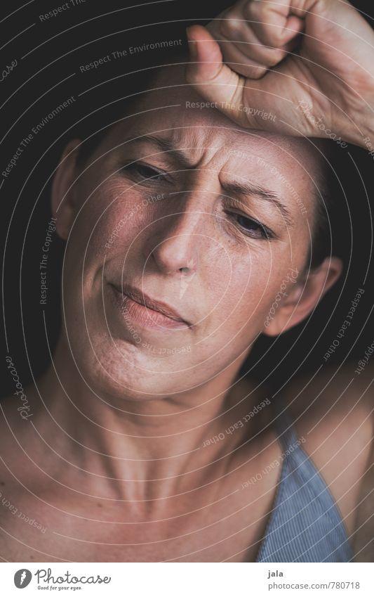 schmerz Mensch feminin Frau Erwachsene Gesicht Hand 1 30-45 Jahre ästhetisch authentisch Sorge Schmerz Kopfschmerzen Migräne Farbfoto Innenaufnahme Tag Porträt