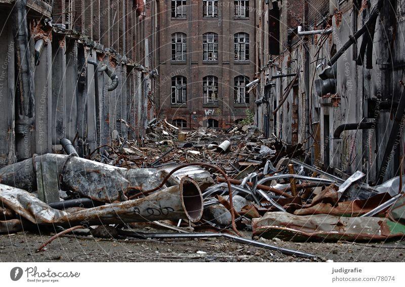 Industrieromantik alt Einsamkeit Straße Leben dunkel Tod Fenster Traurigkeit Wege & Pfade Gebäude Metall Angst Fassade Macht
