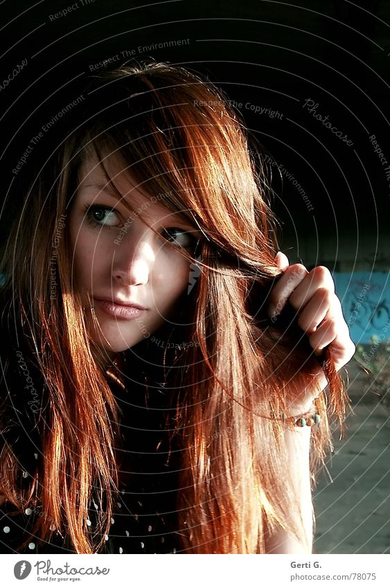 view Frau Mensch Hand schön Gesicht Haare & Frisuren Wind Perspektive Gesichtsausdruck Körpermalerei rot Aussehen langhaarig Vorsicht rothaarig wehen
