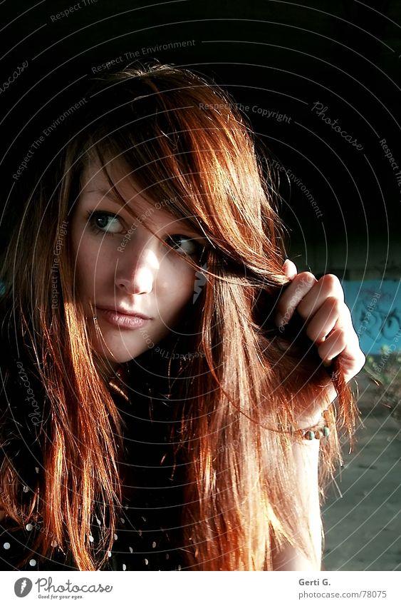 view langhaarig rothaarig henna-rot schön Frau Junge Frau Porträt Hand Aussehen nerven Vorsicht zögern Perspektive Blick hinblick Gesichtsausdruck