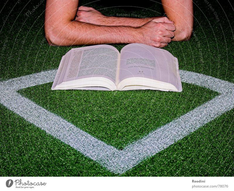 Alles eine Frage der Taktik Schule Buch Fußball lernen Studium Papier lesen Rasen Spielfeld Erwachsenenbildung Eckstoß Kontrolle Seite Prüfung & Examen Berufsausbildung Fan