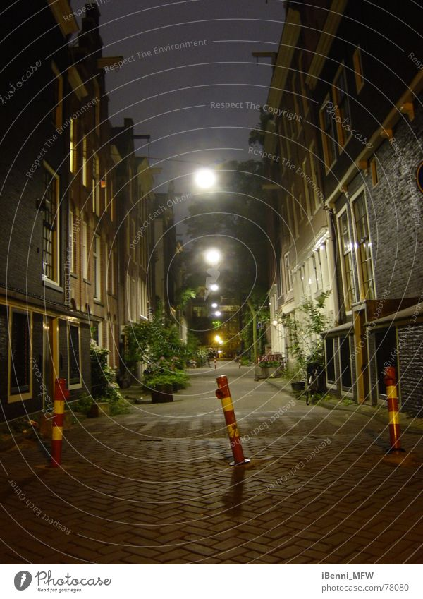 Amsterdam bei Nacht Gasse Niederlande Gracht Beleuchtung eng Erkenntnis grachtenhäuser