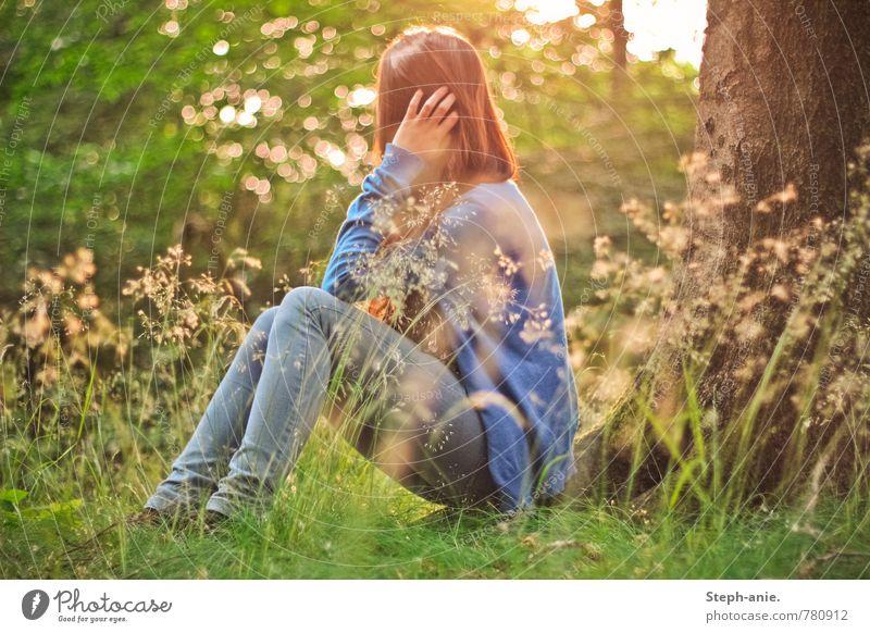 Verträumte Welt feminin Junge Frau Jugendliche Erwachsene 1 Mensch Umwelt Natur Sonnenaufgang Sonnenuntergang Sommer Baum Gras Wiese Wald Denken Erholung
