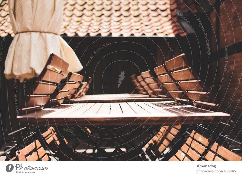 closed Ferien & Urlaub & Reisen Sommer Holz Idylle Ordnung sitzen Tourismus geschlossen Ausflug Tisch Stuhl Möbel Gelassenheit Innenhof Biergarten Gartenmöbel