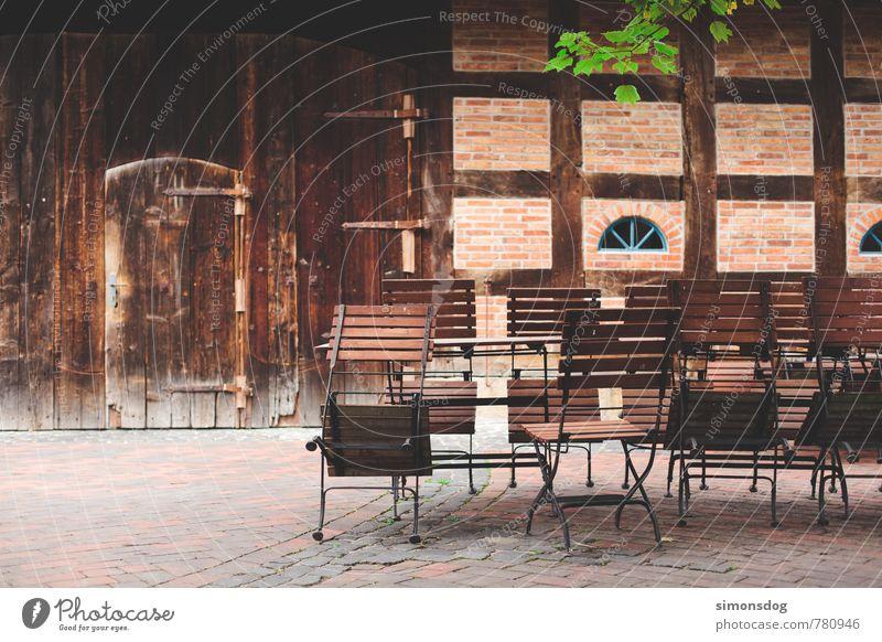 beer garden ruhig Haus Freude Essen Feste & Feiern Fassade Idylle geschlossen Stuhl Bauernhof Hütte Hof Biergarten Fachwerkfassade einladend Gartenmöbel
