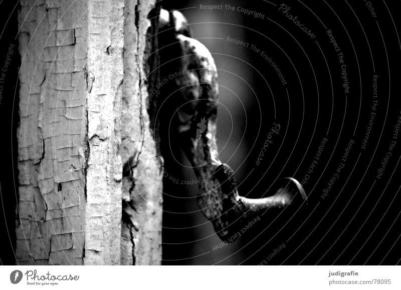 Am Fenster Holz abblättern kaputt schwarz Ruine Hannover Fabrik Stadtbezirk Linden-Limmer Riss verfallen Vergänglichkeit Schwarzweißfoto Verschluss Rahmen Farbe