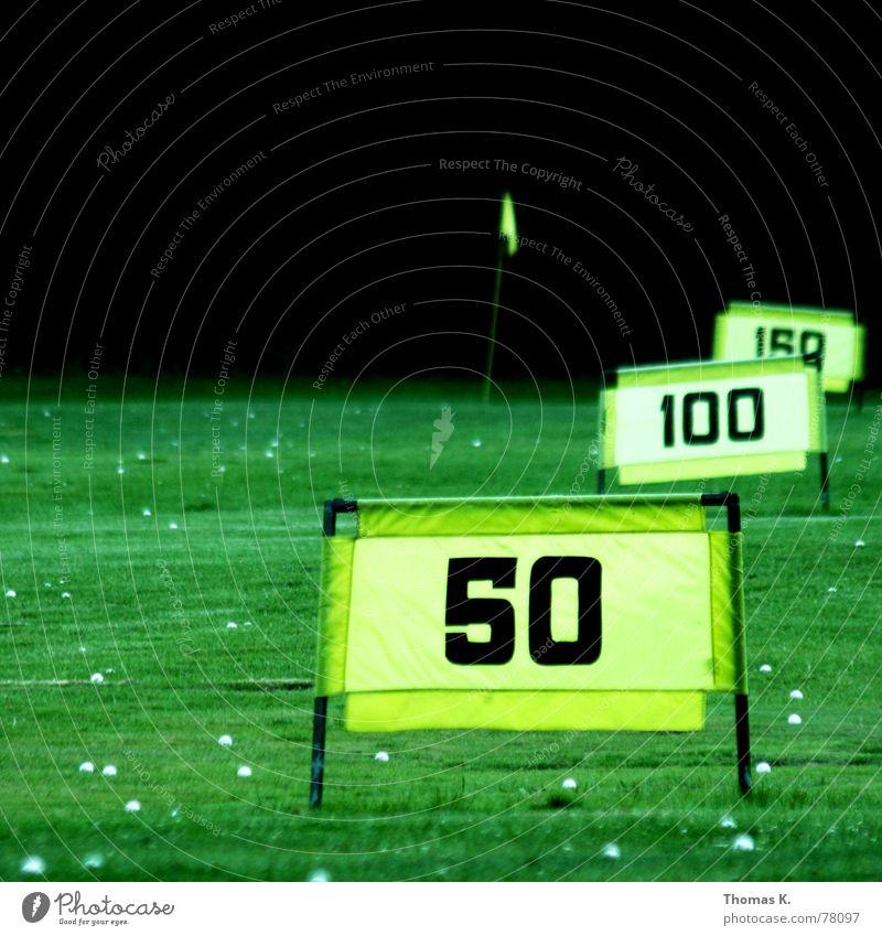 Driving Range (oder: kannst Du länger..) Golfball Fahnenmast Abschlag grün gelb Gras 50 100 Wiese Grünfläche Park Neuling Ferne Azubi Karriere kommen