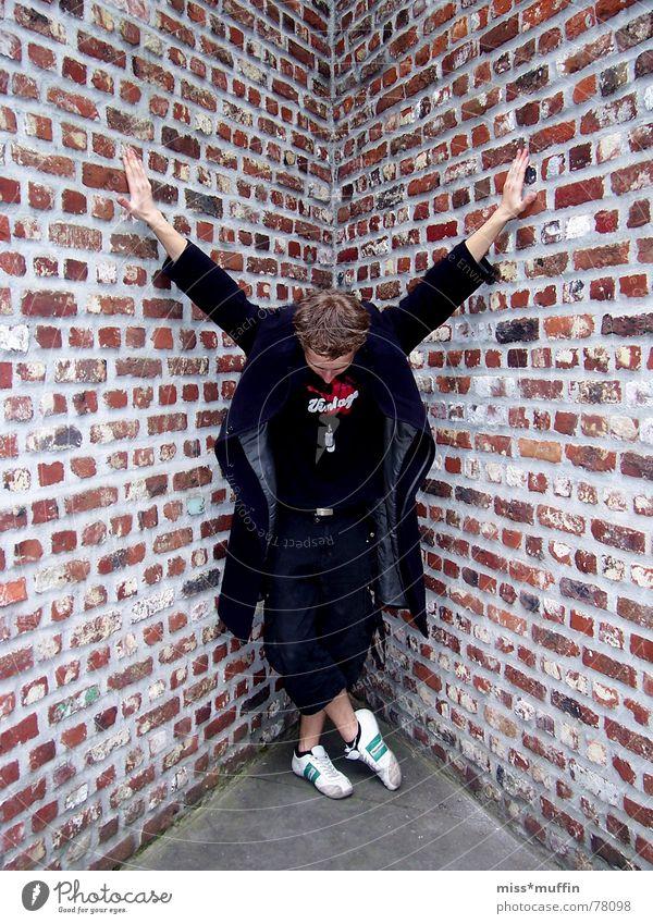 >>the walls are closing in<< Mann schwarz Mauer Ecke Backstein Mantel Kreis Neuss Stiftung Insel Hombroich