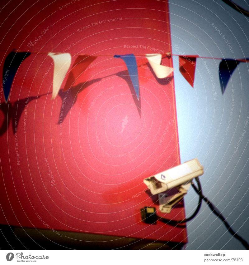 i spy on the fourth of july blau weiß rot Wand Mauer Sicherheit trist Technik & Technologie Fahne beobachten Schutz Vertrauen Kontrolle Politik & Staat Misstrauen