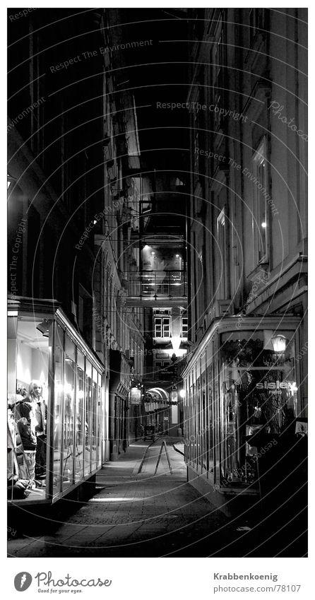 Schaufenster Kaufhaus Gasse Nacht Langzeitbelichtung Graz Österreich dunkel eng Altstadt Schwarzweißfoto Architektur