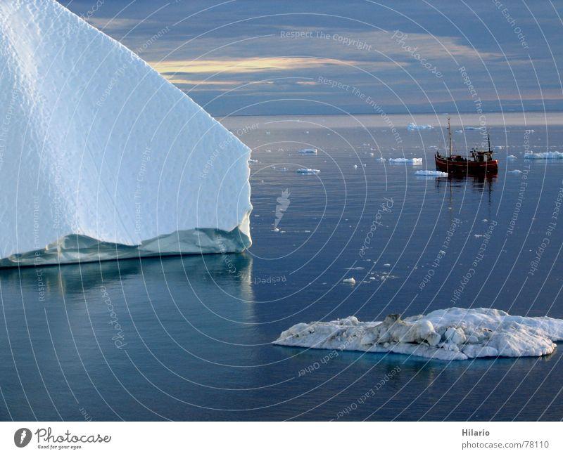 Allein im Eis Wasser Himmel weiß Meer blau Winter ruhig Wolken Ferne kalt Eis Wasserfahrzeug Wellen Horizont Ecke gebrochen