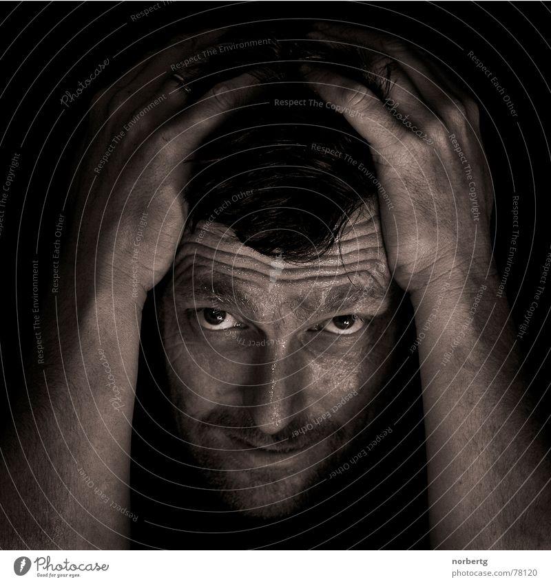 Nicht zu fassen Mann fassungslos Hand Wut Schweiß transpirieren Kopf stirnrunzeln