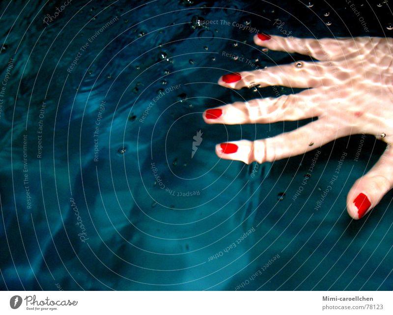red nails are ladylike Jugendliche blau Wasser Hand weiß rot Freude dunkel Freiheit hell Raum Hintergrundbild Wellen Haut groß Schwimmbad