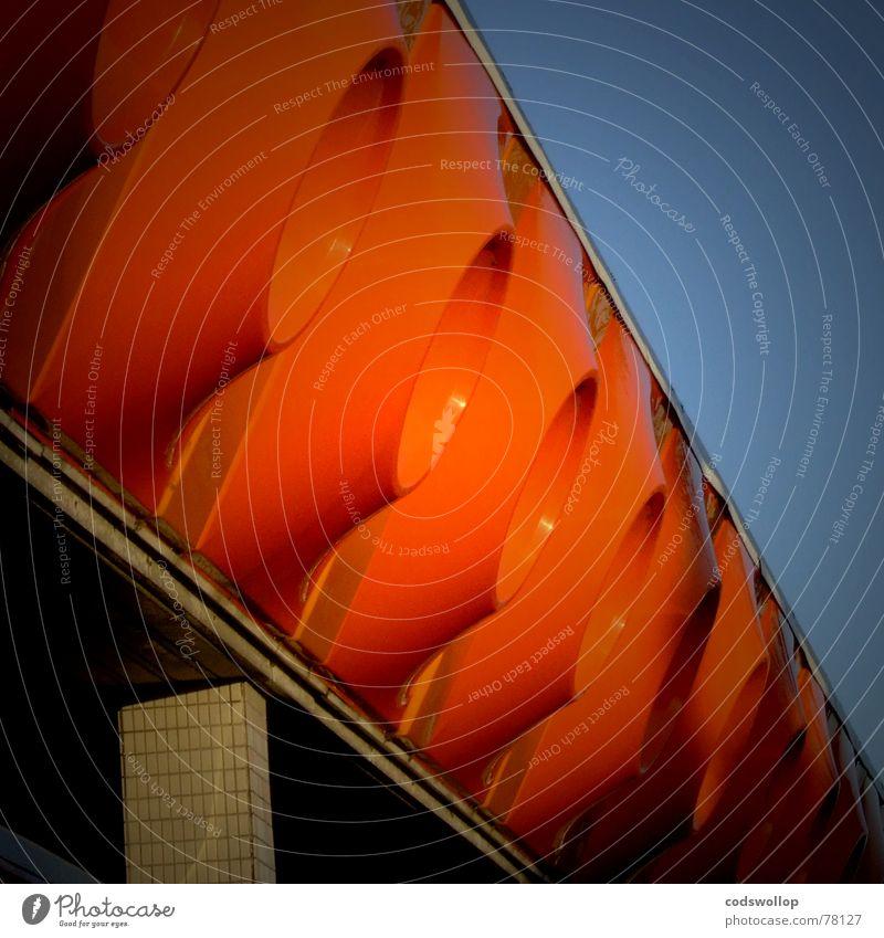 big orange dingsbums Fassade Statue obskur Steg Anlegestelle Siebziger Jahre