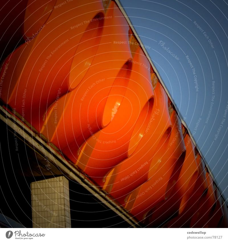 big orange dingsbums orange Fassade Statue obskur Steg Anlegestelle Siebziger Jahre