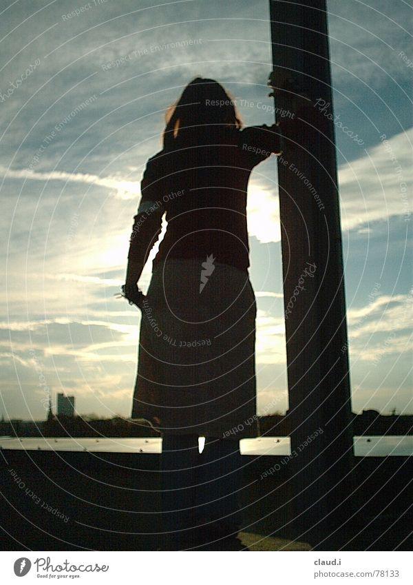 Schattenfrau Sonnenuntergang Hoffnung Romantik Sehnsucht Sonnendeck Licht warum Frau Nacht Parkdeck Denken Fernweh Ferne light chemntiz Abend