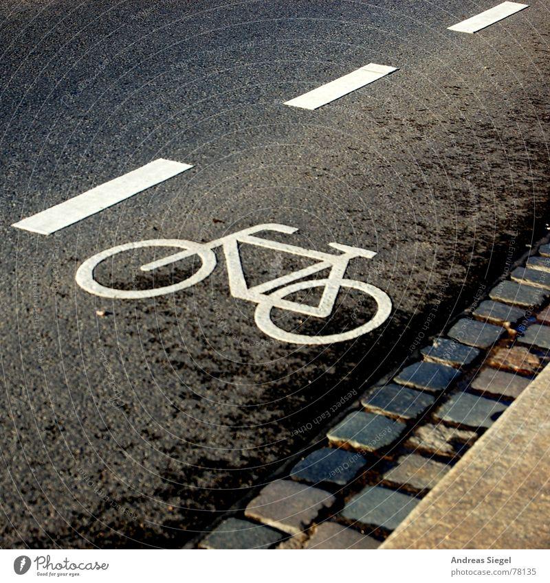 Radfahrer hier Wege & Pfade Linie Fahrrad Straßenverkehr Schilder & Markierungen Verkehr Asphalt Spuren Verkehrswege Kopfsteinpflaster Am Rand Straßenbelag