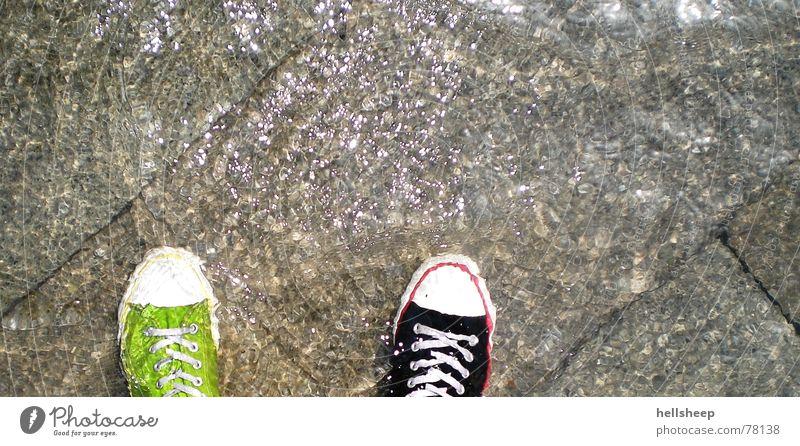 Venedig (aus Sicht eines Schuhpaares) Wasser grün schwarz Schuhe hell nass Klarheit feucht Verschiedenheit Überschwemmung Steinboden überschwemmt