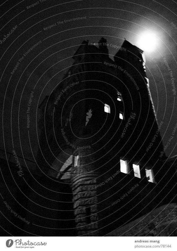 Dunkler Turm alt Einsamkeit dunkel Beleuchtung hoch gefährlich bedrohlich gruselig Mond unheimlich Flughafen majestätisch Spuk