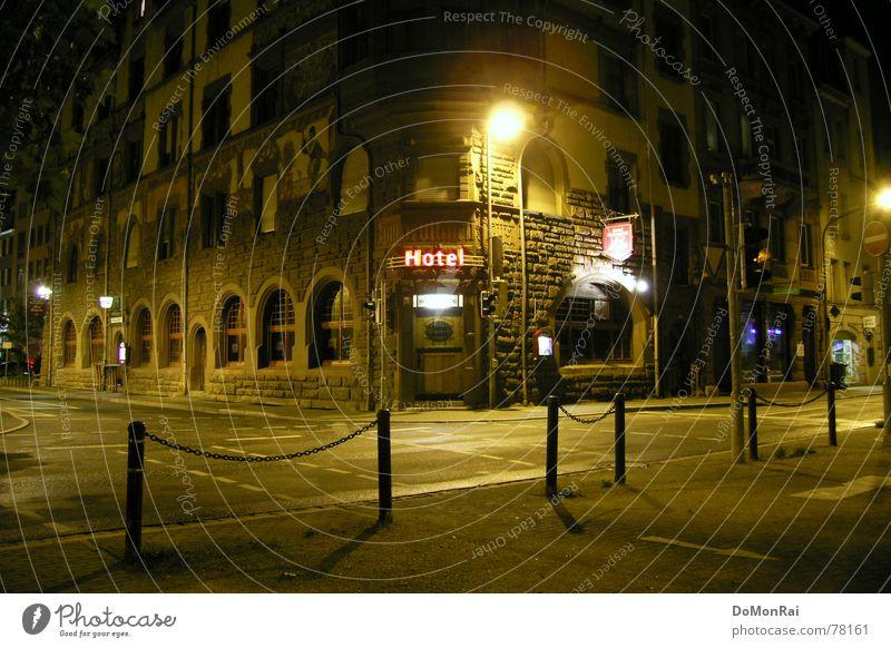 Hotel Stadt Haus Einsamkeit gelb Straße Farbe Lampe dunkel Gebäude Tür leer Ecke Schriftzeichen Asphalt Buchstaben Gastronomie