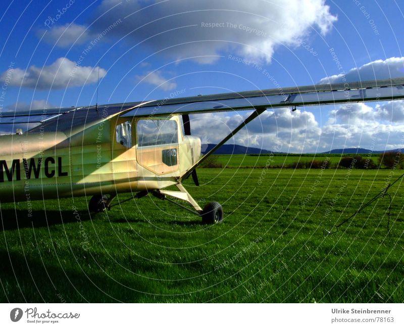 Abheben Himmel blau Ferien & Urlaub & Reisen grün Wolken Wiese Frühling Gras Wind Feld gold fliegen Freizeit & Hobby Erfolg Flugzeug Abenteuer
