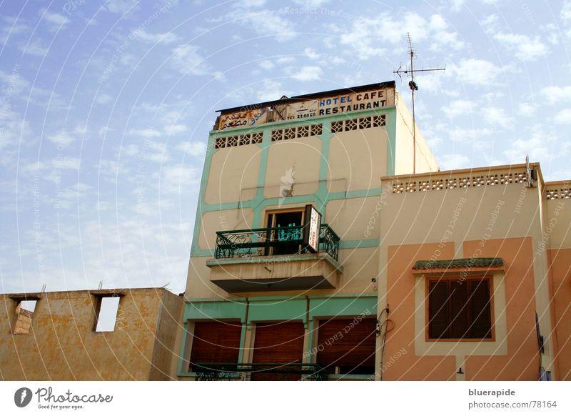 Zimmer frei Marokko Physik heiß Sonne strahlend Wolken Schaf Wand Häuserzeile Fenster Beton Balkon Antenne mehrfarbig Stadt bewohnt Leben Kultur außergewöhnlich